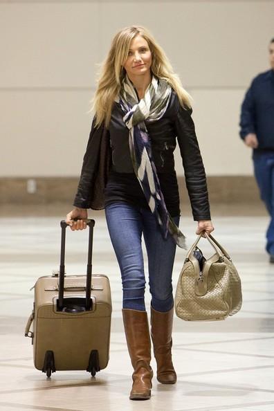 Cameron Diaz si prepara a partire dall'aeroporto di Los Angeles