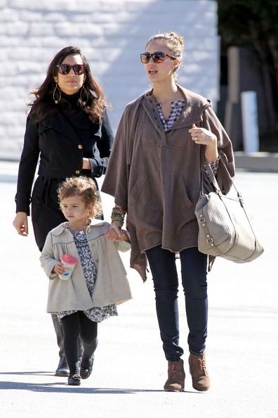 Jessica Alba con la figlia Honor fa un po' di shopping in un negozio per bambini