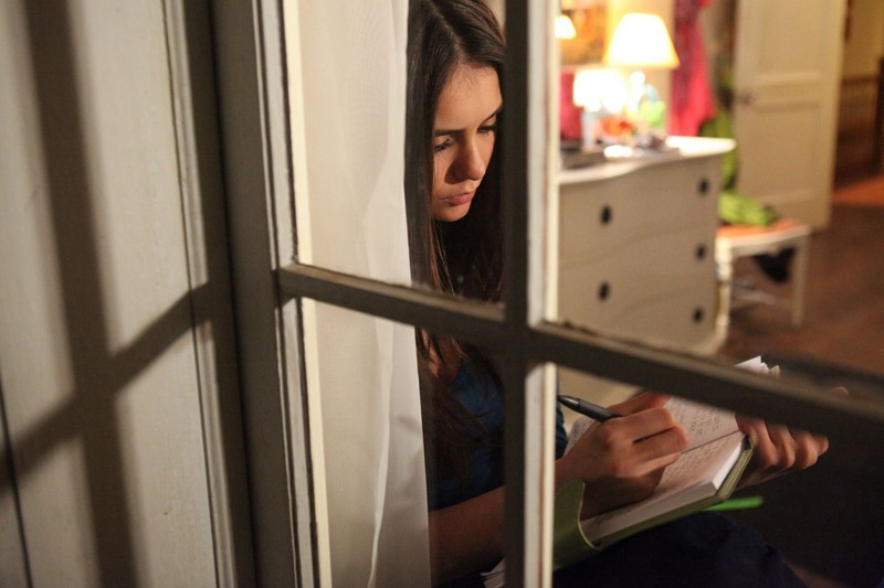 Elena (Nina Dobrev) scrive il suo diario nell'episodio By the Light of the Moon di Vampire Diaries