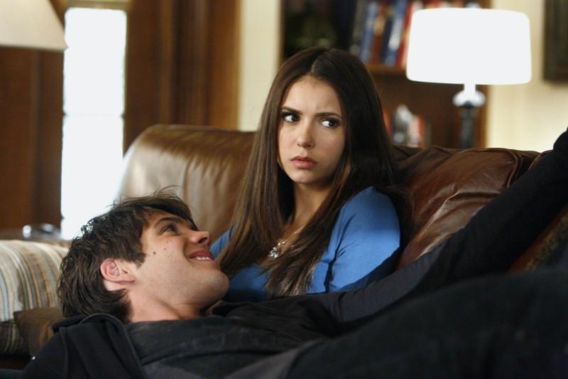 Elena (Nina Dobrev) sul divano col fratello (Steven R. McQueen) dell'episodio By the Light of the Moon di Vampire Diaries