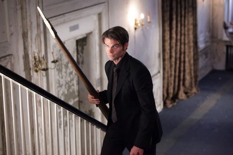 Elijah (Daniel Gillies) con un palo in mano nell'episodio Rose di Vampire Diaries