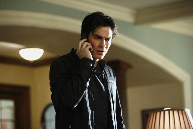 Ian Somerhalder al cellulare nell'episodio By the Light of the Moon di Vampire Diaries