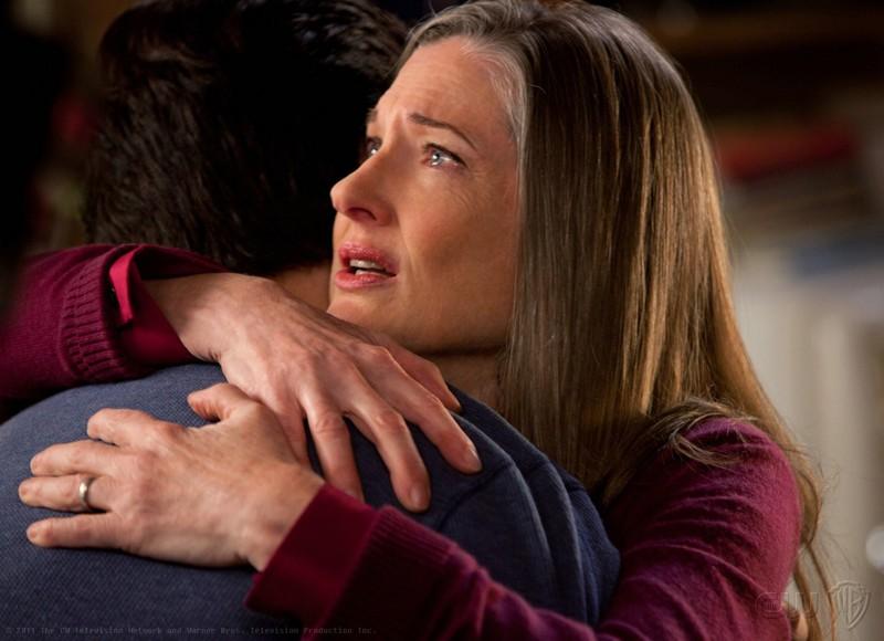 Martha (Annette O'Toole) abbraccia Clark (Tom Welling) nell'episodio Beacon di Smallville