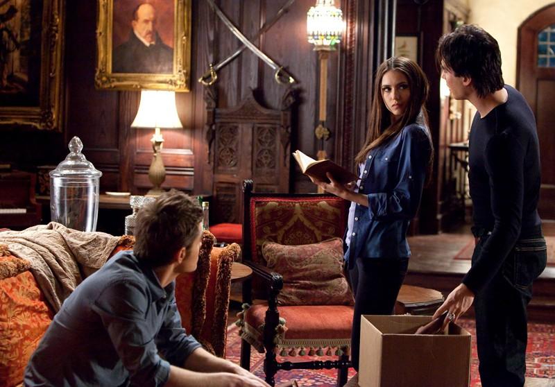 Paul Wesley (di spalle), Nina Dobrev e Ian Somerhalder in un momento dell'episodio The House Guest di Vampire Diaries
