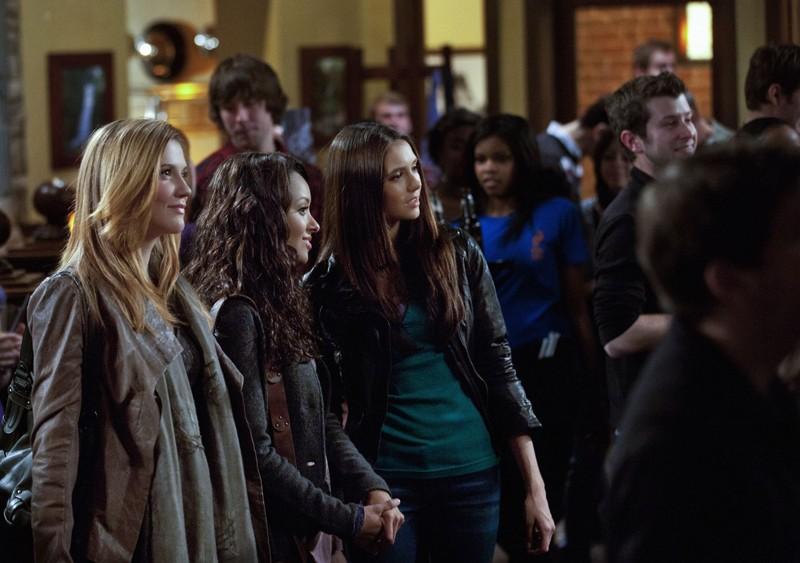 Sara Canning, Katerina Graham e Nina Dobrev nell'episodio The House Guest di Vampire Diaries