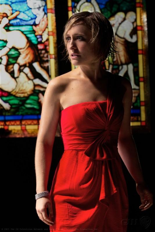 Una spaventata Chloe (Allison Mack) in una scena dell'episodio Masquerade di Smallville
