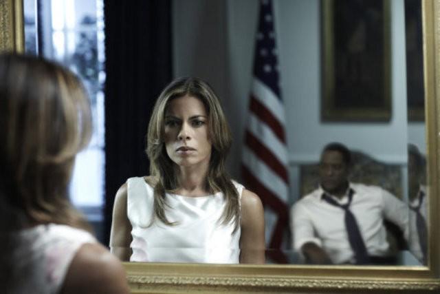 Lisa Vidal e Blair Underwood nell'episodio And Then There Were More di The Event