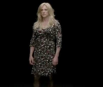 Daniel Craig in abiti femminili in una scena di un filmato realizzato per l'8 marzo dalla regista Sam Taylor-Wood.