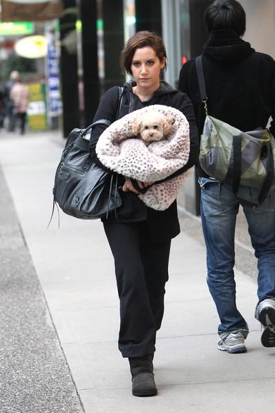 Ashley Tisdale con il suo cane Maui va in palestra in Vancouver