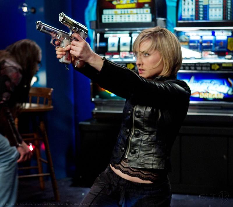 Chloe (Allison Mack) armata di pistole nell'episodio Fortune di Smallville