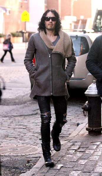 Russell Brand passeggia in NYC dopo aver pranzato con amici