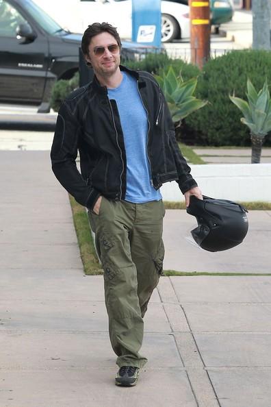 Zach Braff va verso la sua Harley-Davidson 1200 Nightster dopo aver fatto un po' di shopping in West Hollywood
