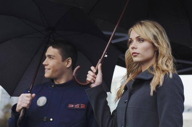 Logan Huffman e Laura Vandervoort nell'episodio Devil in a Blue Dress di V