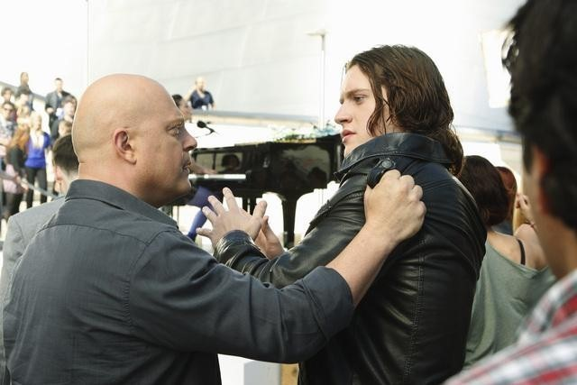 Michael Chiklis e Luke Kleintank nell'episodio No Ordinary Animal di No Ordinary Family