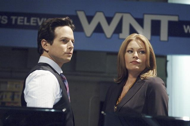 Ona Grauer e Scott Wolf in una scena dell'episodio Devil in a Blue Dress di V