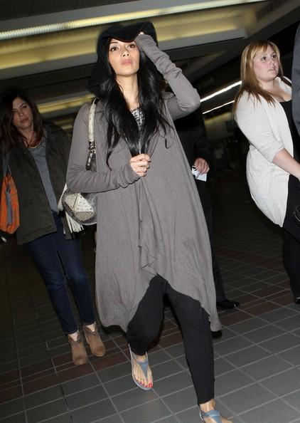 Nicole Scherzinger arriva con un volo all'aeroporto di Los Angeles