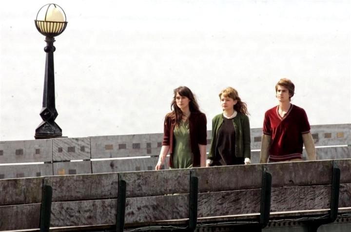 Keira Knightley, Andrew Garfield e Carey Mulligan in una immagine del film Never Let Me Go