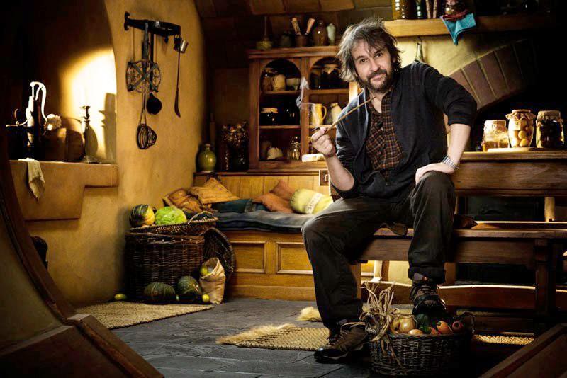 Peter Jackson posa a Bag End, la dimora di Bilbo Baggins, sul set di The Hobbit