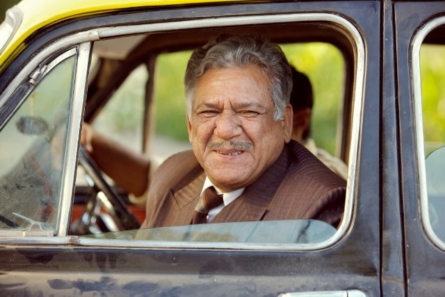 Om Puri in una scena del film West Is West
