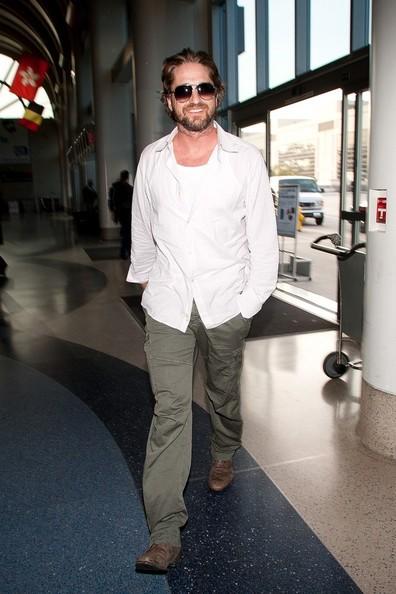 Gerard Butler si prepara a partire dall'aeroporto di Los Angeles