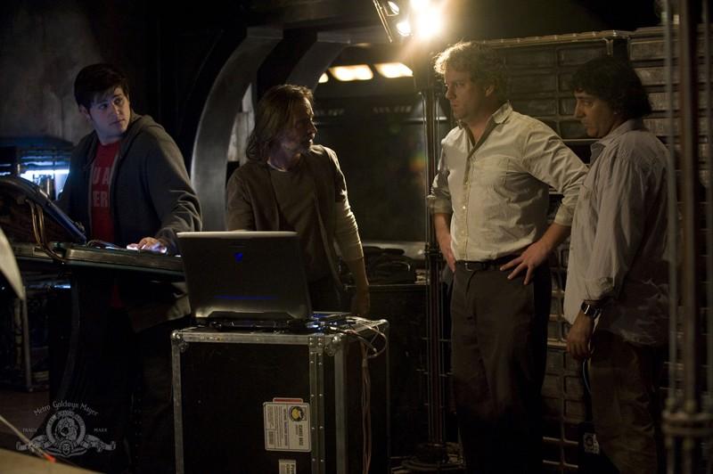 David Blue, Robert Carlyle, Peter Kelamis e Patrick Gilmore discutono nell'episodio Deliverance di Stargate Universe