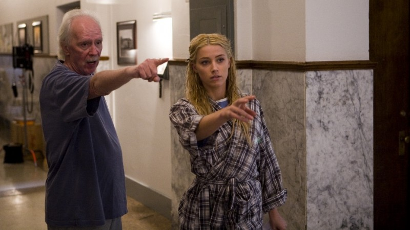 Il regista John Carpenter con Amber Heard sul set di The Ward