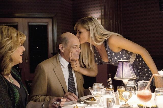 Eliza Coupe, Caroline Aaron ed Alan Rachins nell'episodio Mein Coming Out di Happy Endings
