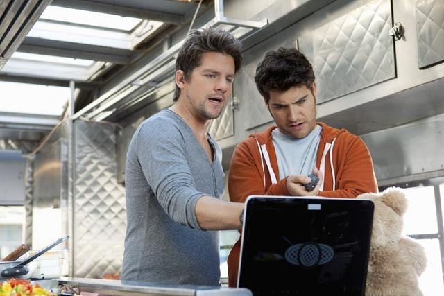 Zachary Knighton ed Adam Pally nell'episodio Your Couples Friends & Neighbor di Happy Endings
