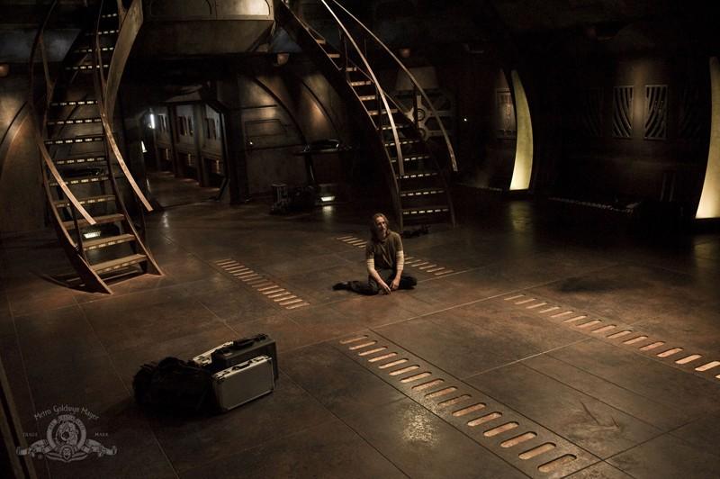 Rush (Robert Carlyle) a terra in una scena dell'episodio Twin Destinies di Stargate Universe