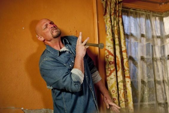 Todd Farmer in una scena di Drive Angry