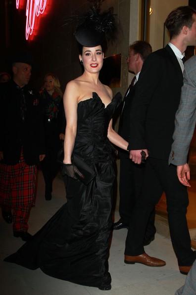 Dita Von Teese arriva all'inaugurazione del nuovo negozio di Vivienne Westwood a Los Angeles