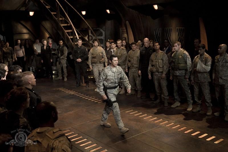 Il Col. Telford (Lou Diamond Phillips) e parte dell'equipaggio nell'episodio Twin Destinies di Stargate Universe