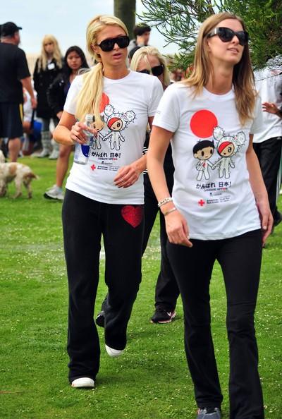 Paris e Nicky Hilton alla Croce Rossa americana Giappone Relief Fund per aiutare le vittime del terremoto e dello tsunami in Santa Monica