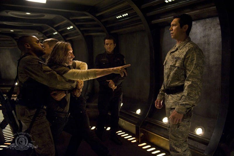 Robert Carlyle aggredisce Lou Diamond Phillips nell'episodio Twin Destinies di Stargate Universe