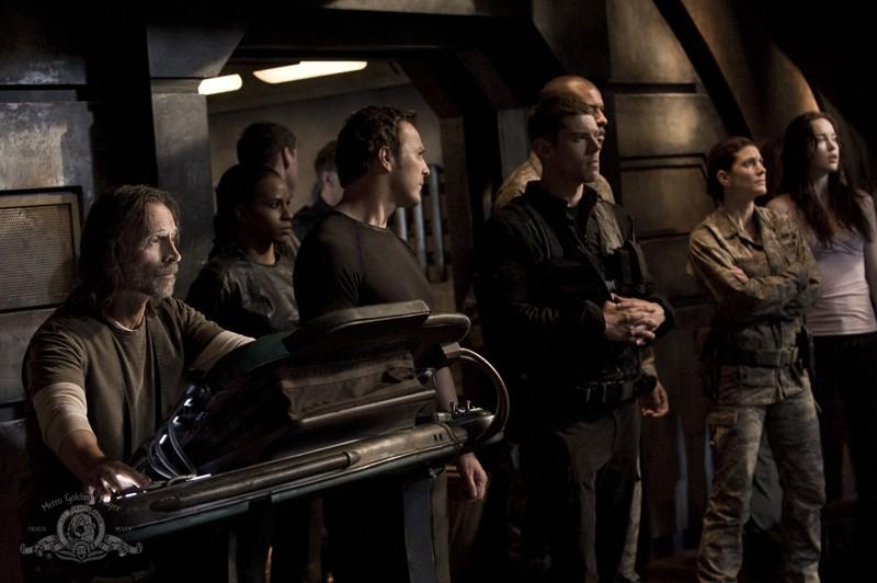 Robert Carlyle, Mike Dopud e Brian J. Smith nell'episodio Twin Destinies di Stargate Universe