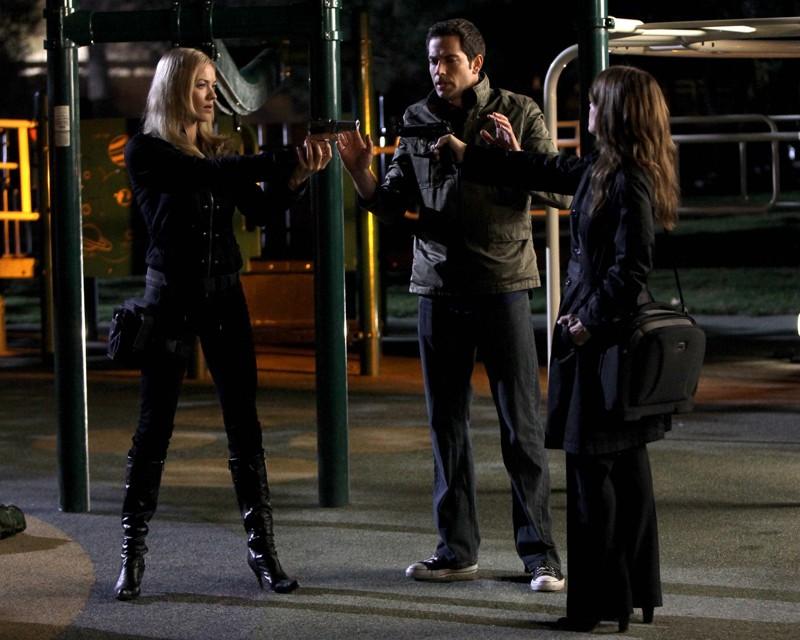 Zachary Levi tra Yvonne Strahovski e Linda Hamilton nell'episodio Chuck Vs. The Aisle of Terror
