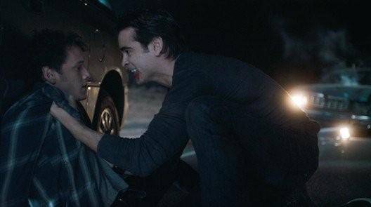 Anton Yelchin minacciato da un vampiresco Colin Farrell in Fright Night