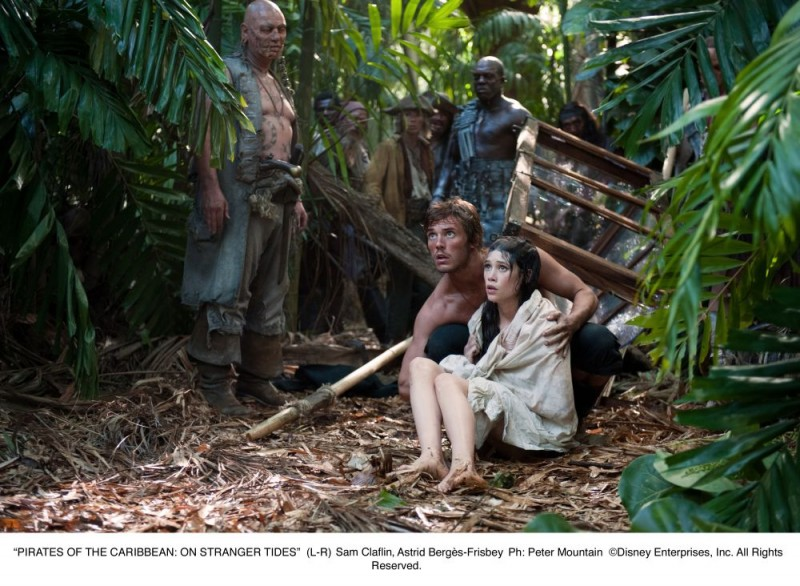 Sam Claflin e Astrid Berges-Frisbey in una scena di Pirati dei Caraibi 4: Oltre i confini del mare