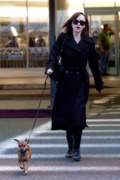 Christina Ricci con il suo cucciolo mentre arriva a Los Angeles