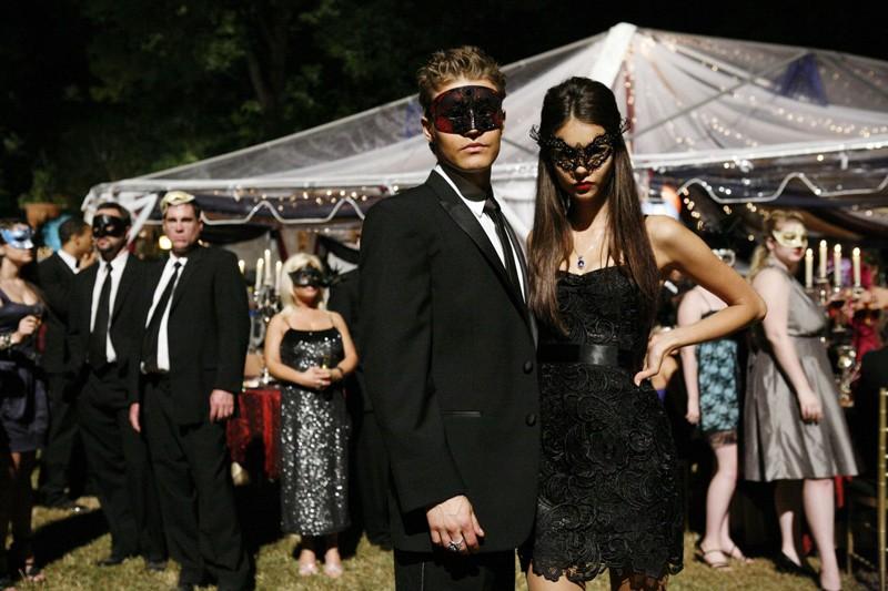 Paul Wesley e Nina Dobrev posano con la maschera sul set nell'episodio Masquerade di Vampire Diaries