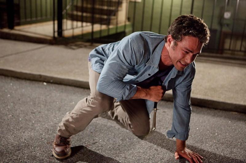 Taylor Kinney con un coltello d'argento ficcato nel cuore nell'episodio Memory Lane di Vampire Diaries