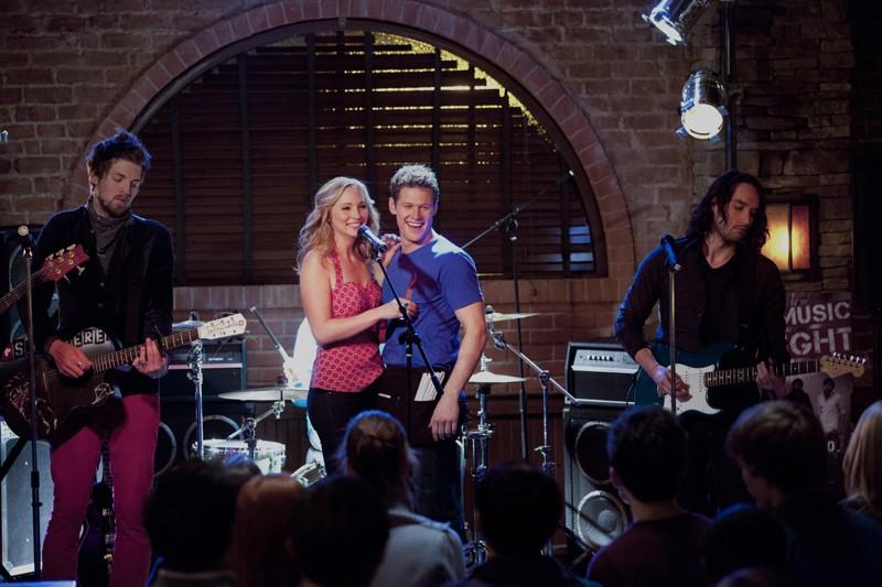 Candice Accola e Zach Roerig sorridenti sul palco nell'episodio The House Guest di Vampire Diaries