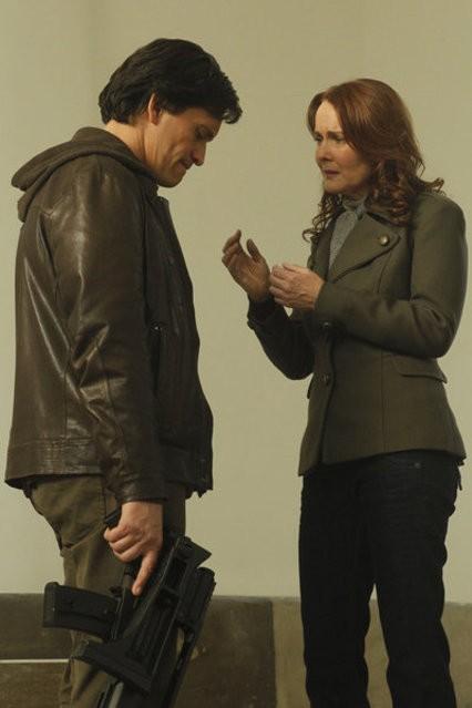 Clifton Collins Jr e Laura Innes nell'episodio Face Off di The Event