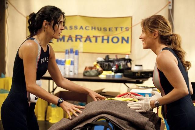 Angie Harmon e Sasha Alexander in una scena dell'episodio Born to Run di Rizzoli & Isles