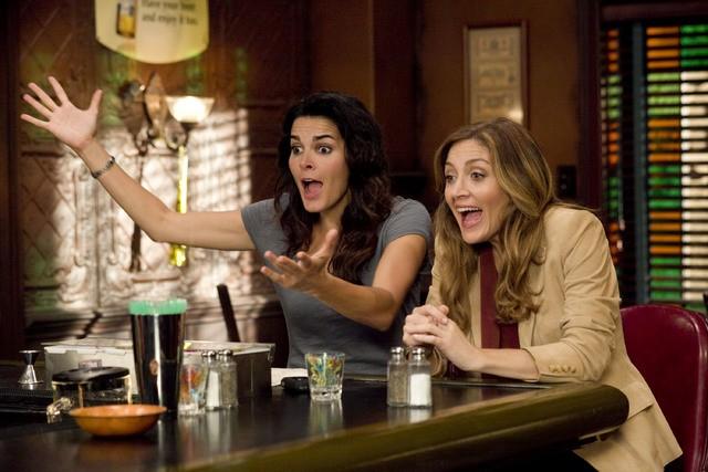 Angie Harmon e Sasha Alexander in una scena dell'episodio The Beast in Me di Rizzoli & Isles