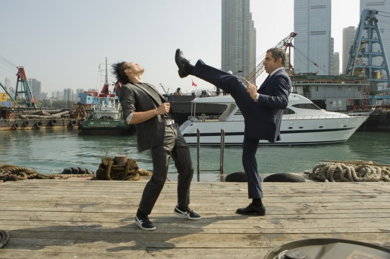 Rowan Atkinson in una scena d'azione di Johnny English Reborn