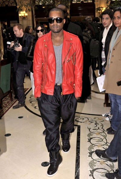 Kanye West in chiodo rosso