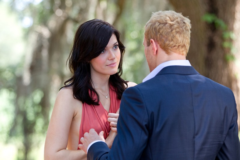 Kellan Lutz e Mandy Moore in una scena di Love, Wedding, Marriage