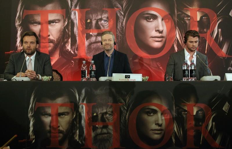Chris Hemsworth con Kenneth Branagh durante la conferenza stampa di Thor a Roma