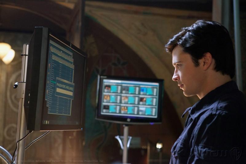 Clark (Tom Welling) guarda dei monitor dell'episodio Kent di Smallville